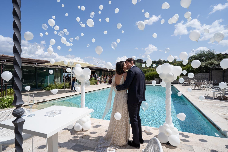 nf-Fotografo-Matrimonio-Roma-BL-bacio-palloncini