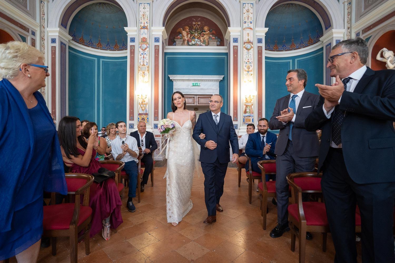 nf-Fotografo-Matrimonio-Roma-BL-ingresso-della-sposa-Tatro-Mancinelli-Orvieto
