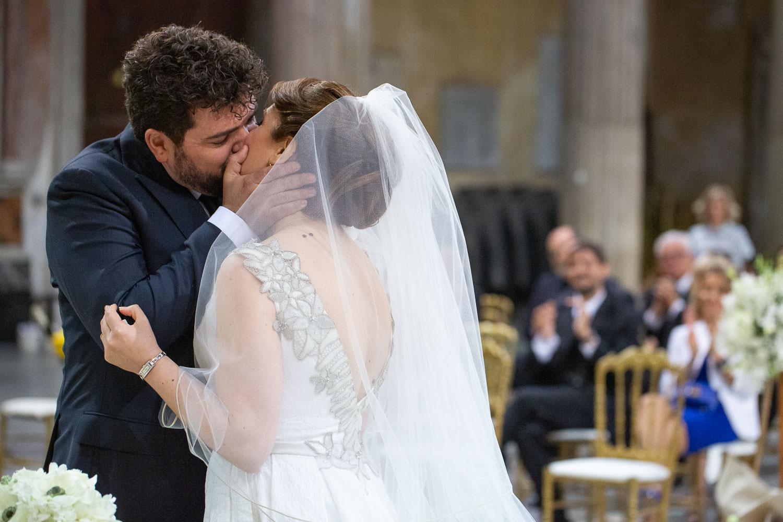 nf-Fotografo-Matrimonio-Roma-RL-Matrimonio-elegante-04-bacio-sposi