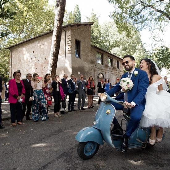 nf-Fotografo-Matrimonio-Roma-Sposi-in-vespa